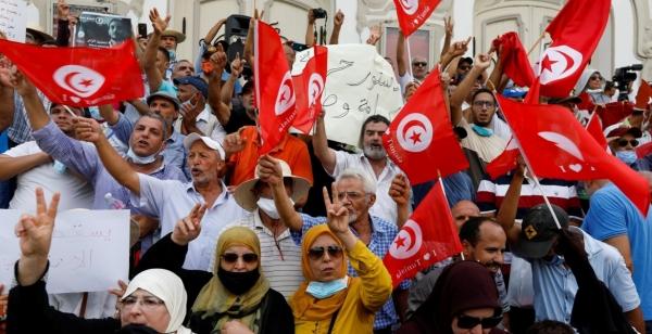 تونس: تظاهرات مناوئة واخرى موالية للمرة الاولى منذ اقالة الحكومة وتعليق البرلمان