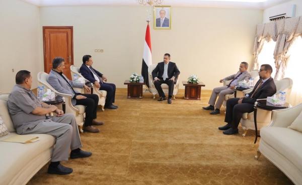 اليمن: عبدالملك يلتقي الوزير السقطري والمحافظ لملس الناجين من محاولة اغتيال مميتة