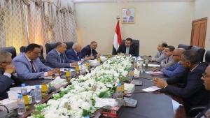 اليمن: الحكومة تعلق التحويلات المالية في مسعاها لكبح انهيار العملة